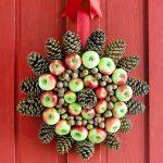 Венок из шишек с яблоками