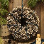 Украшение новогоднего венка из шишек бусами