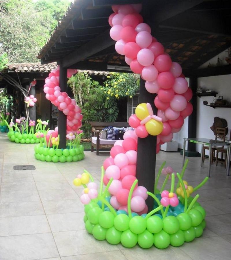 Гирлянда из шаров вокруг столбов