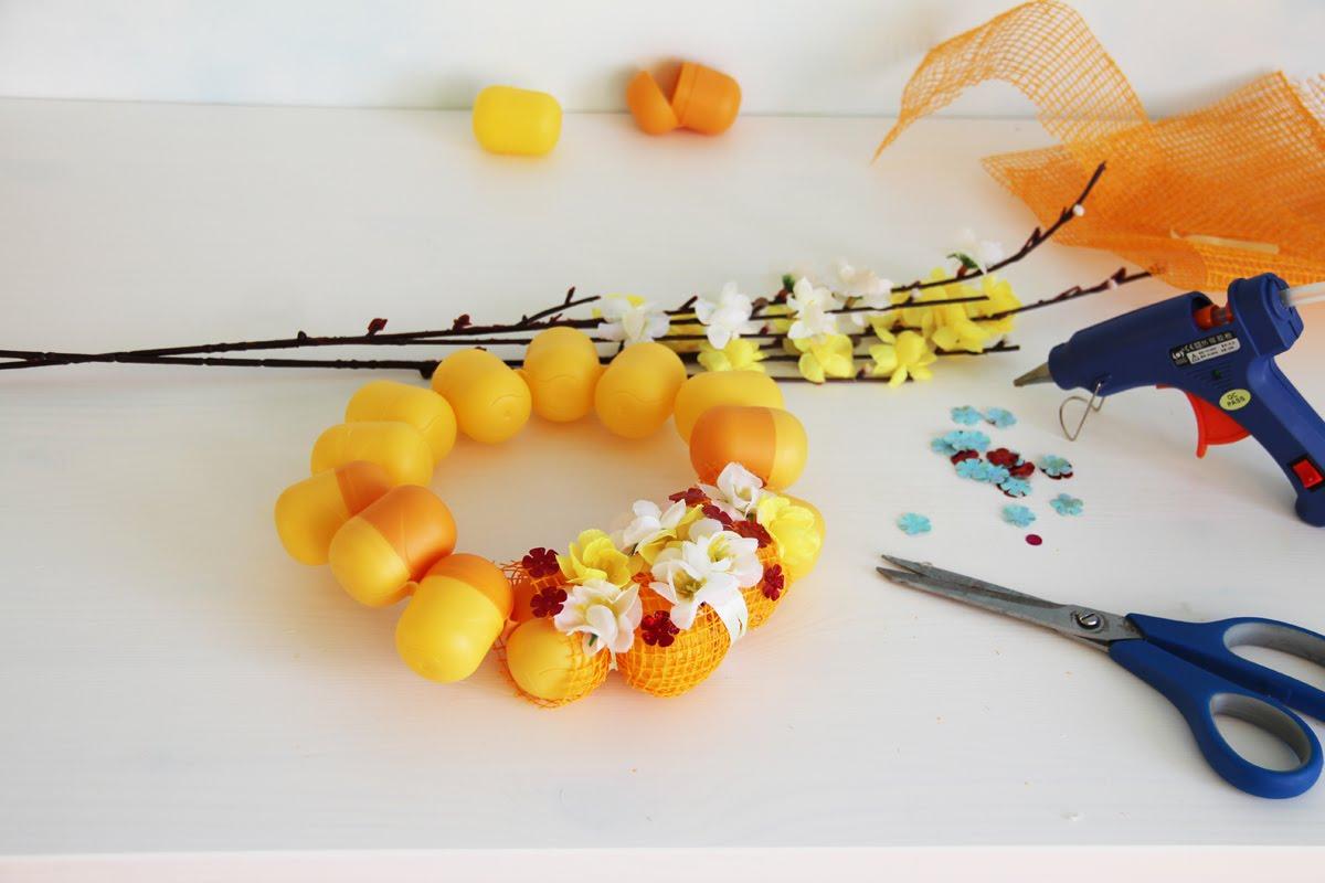Пасхальный венок из киндер яиц