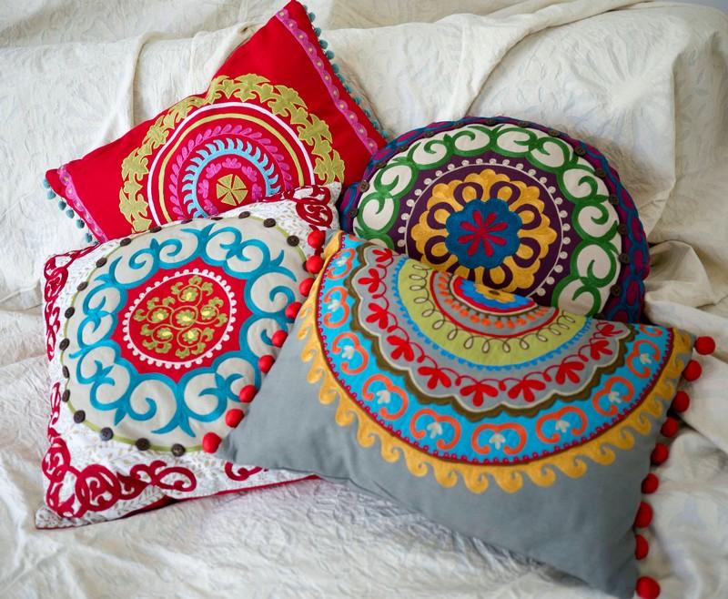 История вышивки на подушках