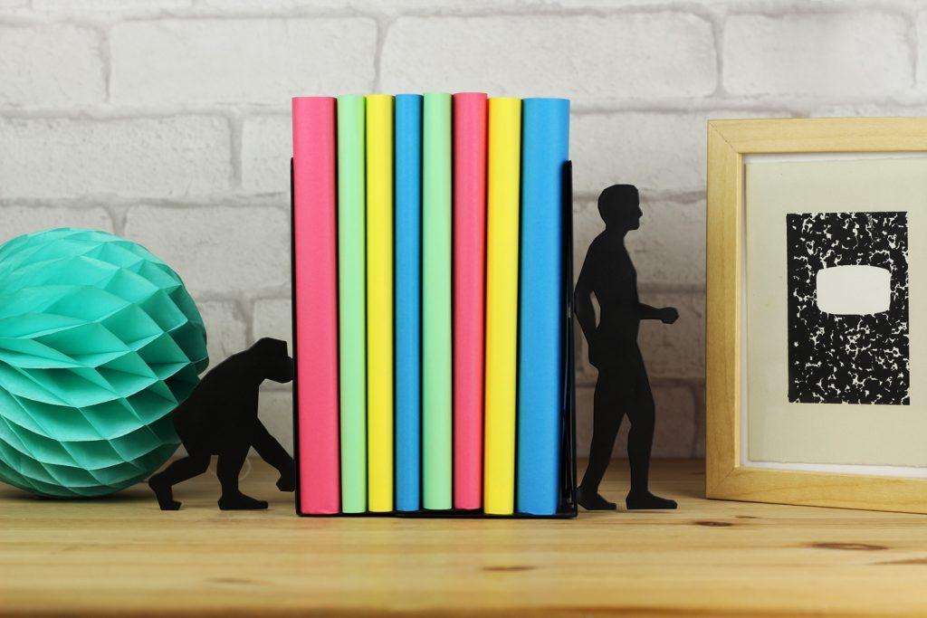 Держатель для книг в виде сюжета с эволюцией