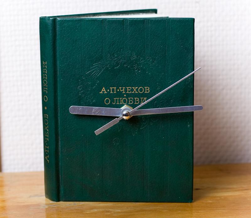 Часовой механизм спрятан в саму книгу