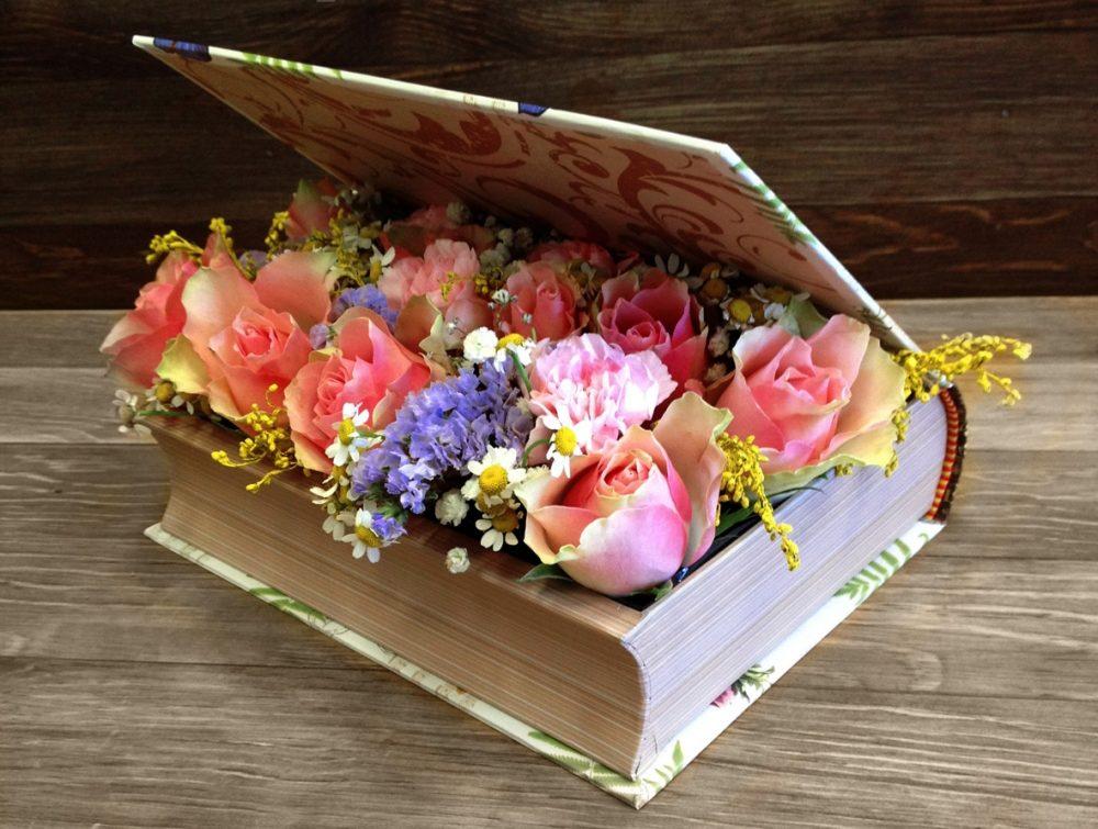 Оригинальным подарком могут стать цветы в коробке-книге