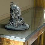 """Фото 62: Держатель-статуэтка """"Железный трон"""""""