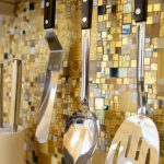 Фото 23: Фартук из мозаики из различных размеров плиток и текстуры