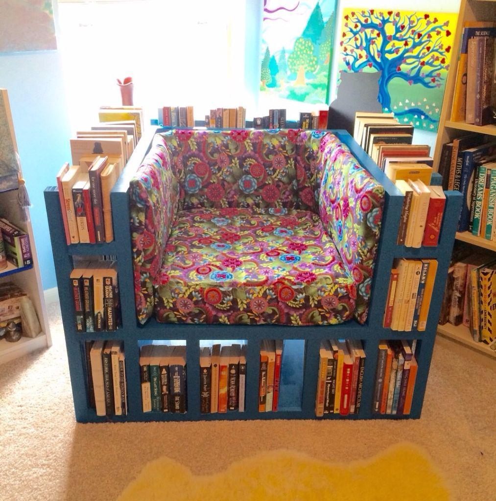 Кресло изготавливают как из книг, так и с применением дерева