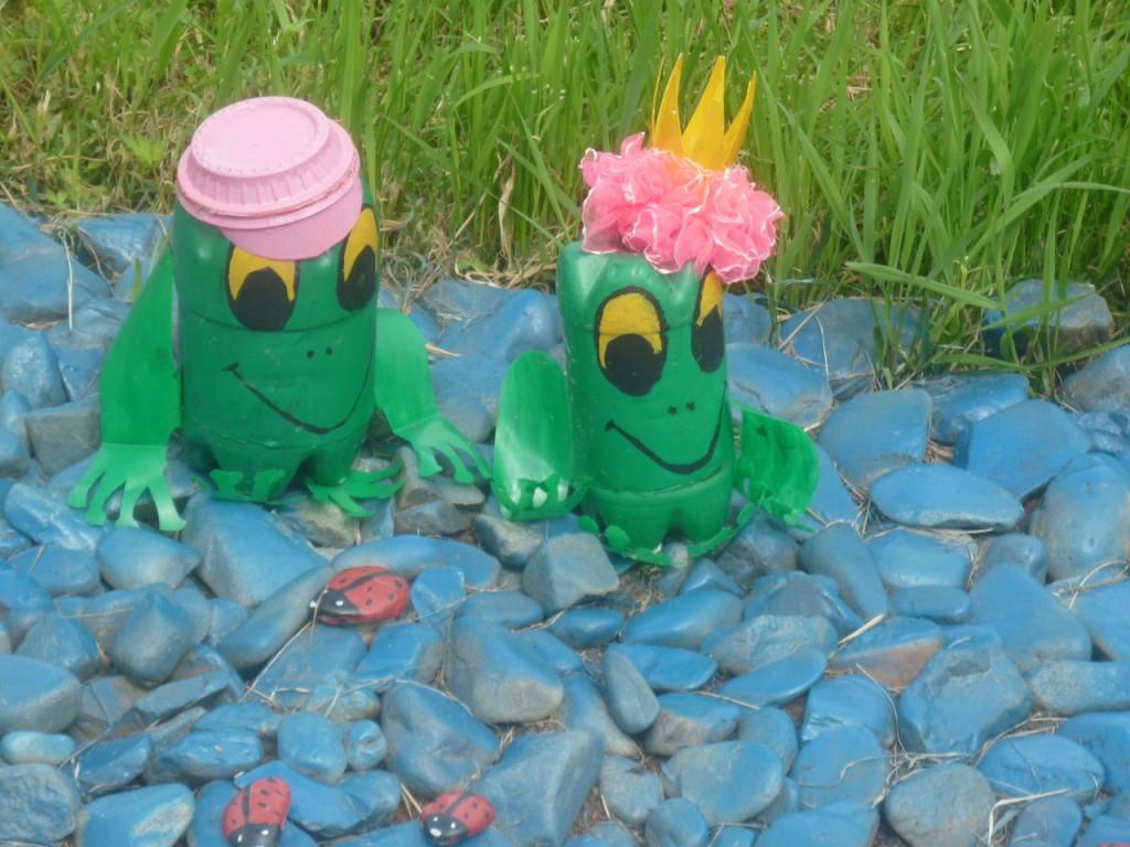 Лягушка будет отлично смотреться в вашем саду среди цветов или на зеленом газоне