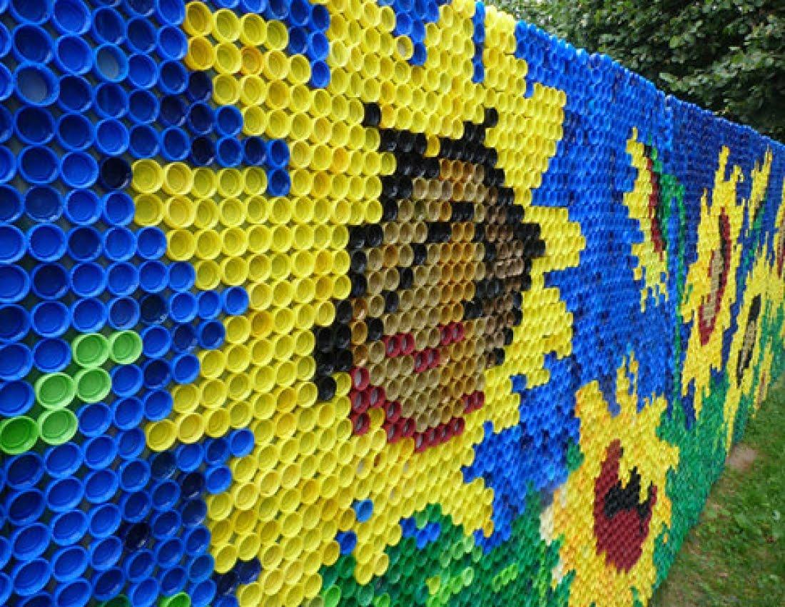 С помощью пробок от пластиковых бутылок можно украсить забор
