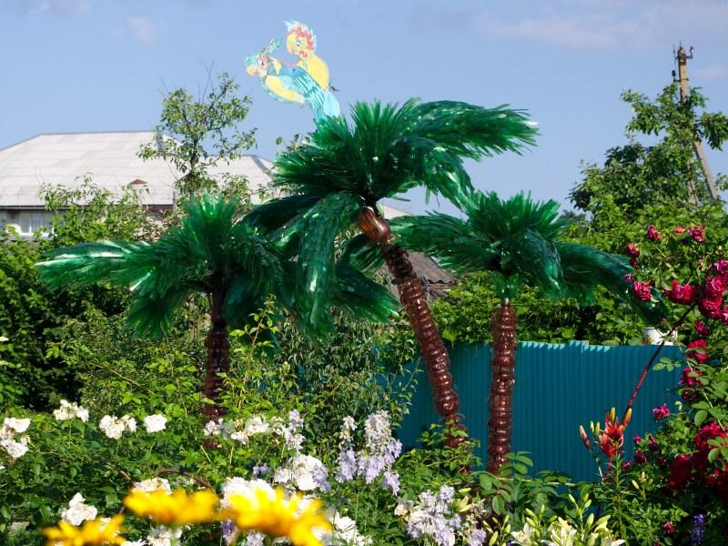Для верхушки пальмы понадобятся бутылки из зеленого пластика