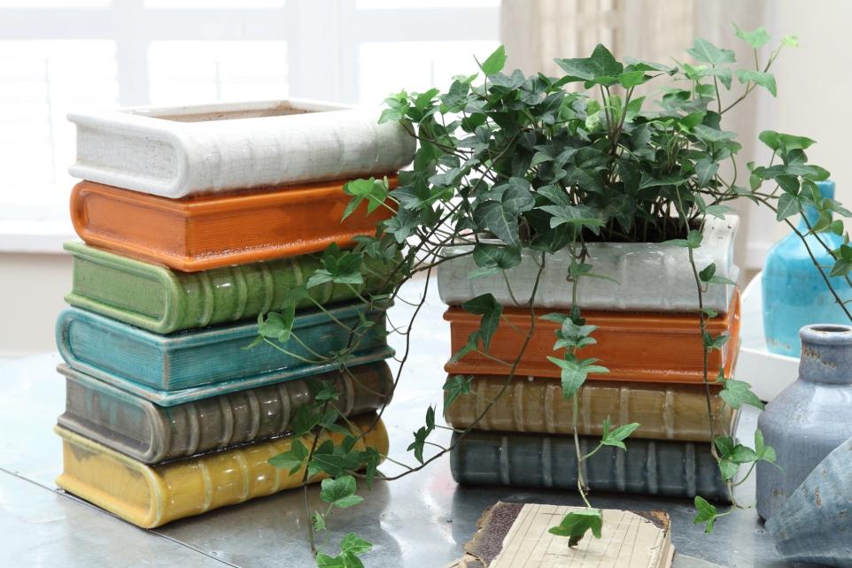 В книгах можно сделать отверстие, которое послужит основой для вазы