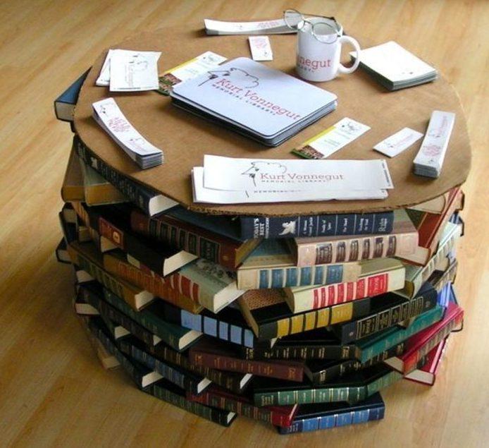 Журнальный столик можно сделать как целиком из книг, так и только его ножки