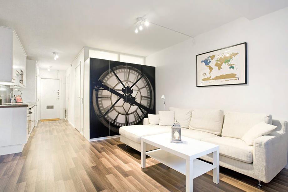 Интерьер квартиры студии прямоугольной формы с одним окном