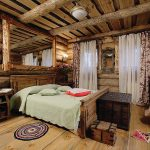 Фото 25: Кровать из массива дерева в интерьере частного дома