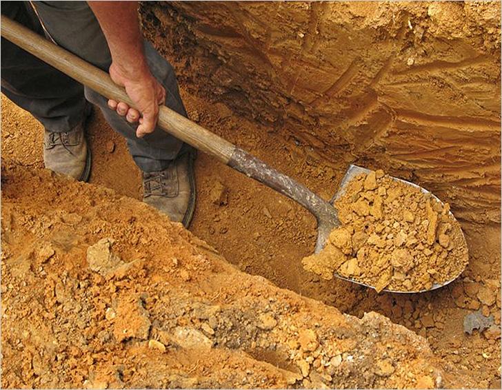 При выкапывании котлована выбранную почву нужно оставить