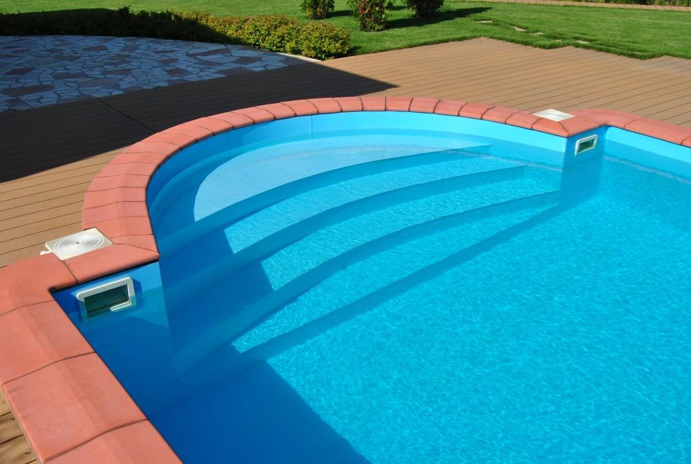 В глубоком бассейне должны присутствовать ступеньки