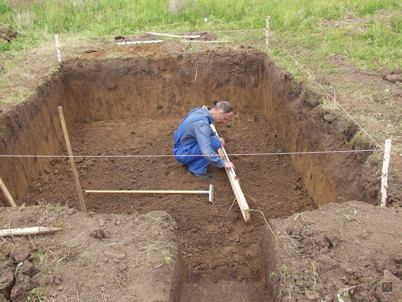 Глинистый грунт на участке существенно облегчит выкапывание котлована