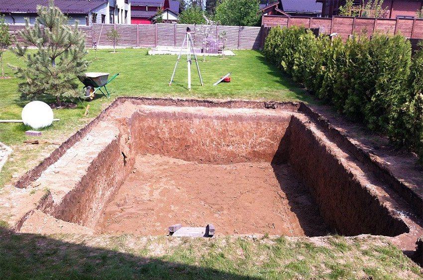 Для обеспечения надежного дренажа в середине котлована можно сделать небольшую яму