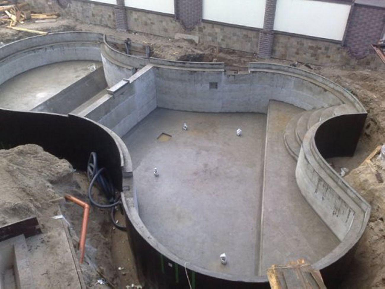 Заливка бетоном производится слоями толщиной 25-30 см