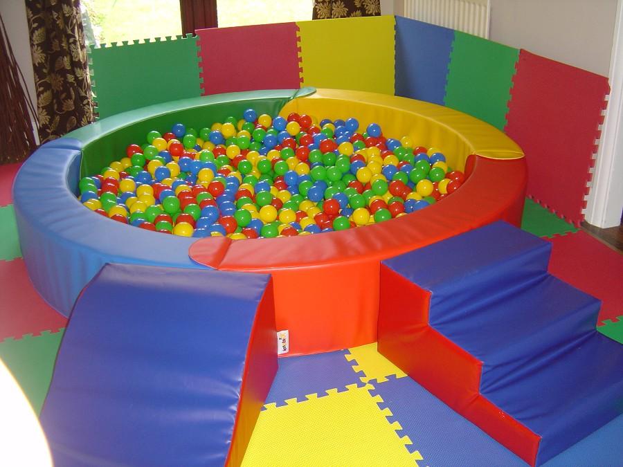 Сухой бассейн очень нравится детям