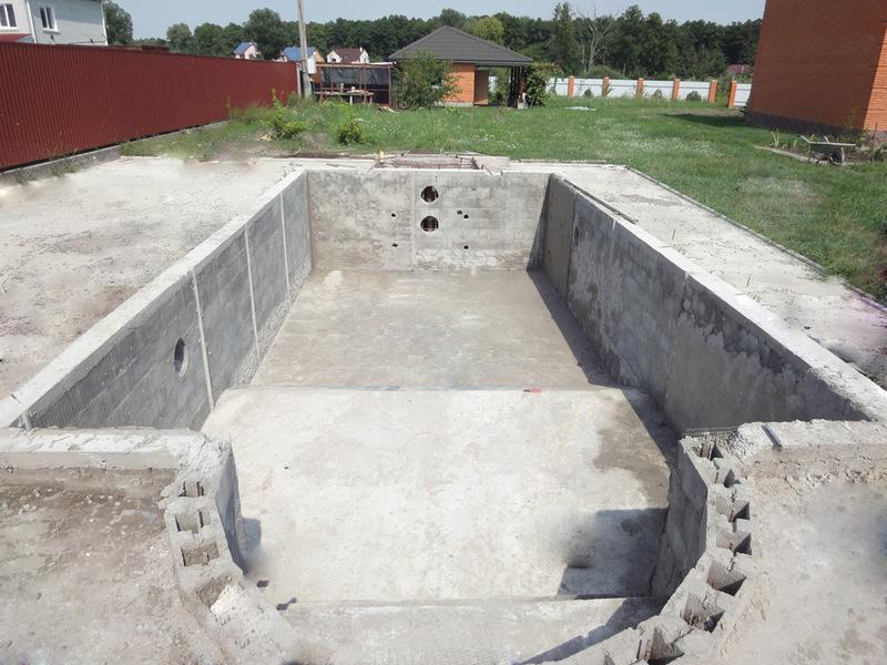 Наиболее популярный вариант собственного водоема – бетонный бассейн