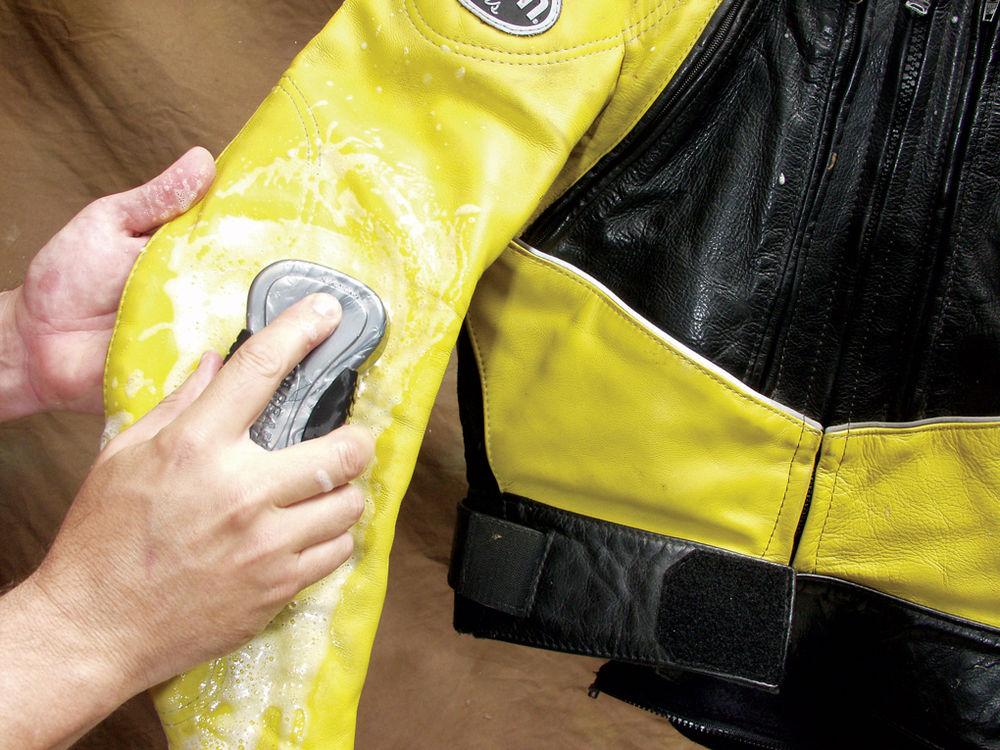 Кожаные изделия можно чистить с помощью губки и мыльной воды