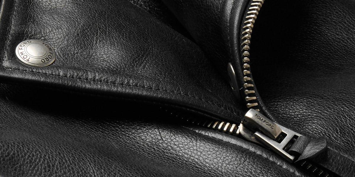 Производитель обрабатывает поверхность кожи различными средствами, которые продлевают срок эксплуатации верхней одежды и придают поверхности блеск