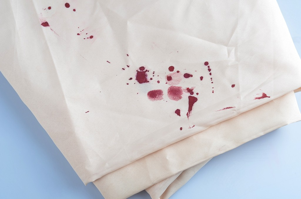 Свежие пятна крови легче всего удалить с ткани
