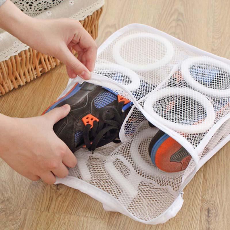Для того чтобы обувь не деформировалась, её необходимо стирать только в специальном мешке