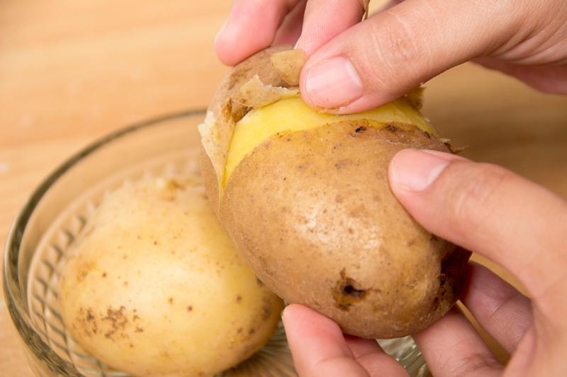 Эффективно устраняет загрязнения картофельная кожура