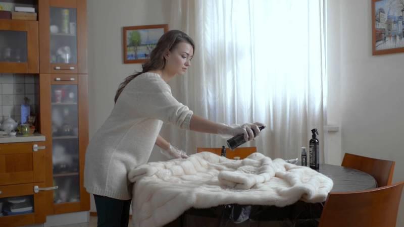 Весной, перед тем как отправить шубку в шкаф, её следует тщательно подготовить