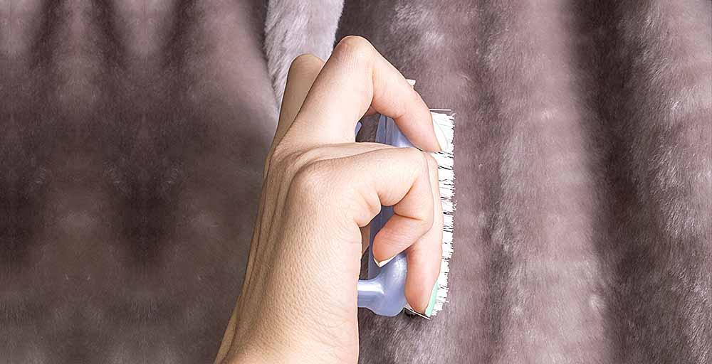 В сложных случаях опушку следует протереть мягкой влажной губкой, расчесать в направлении ворса и оставить сушиться