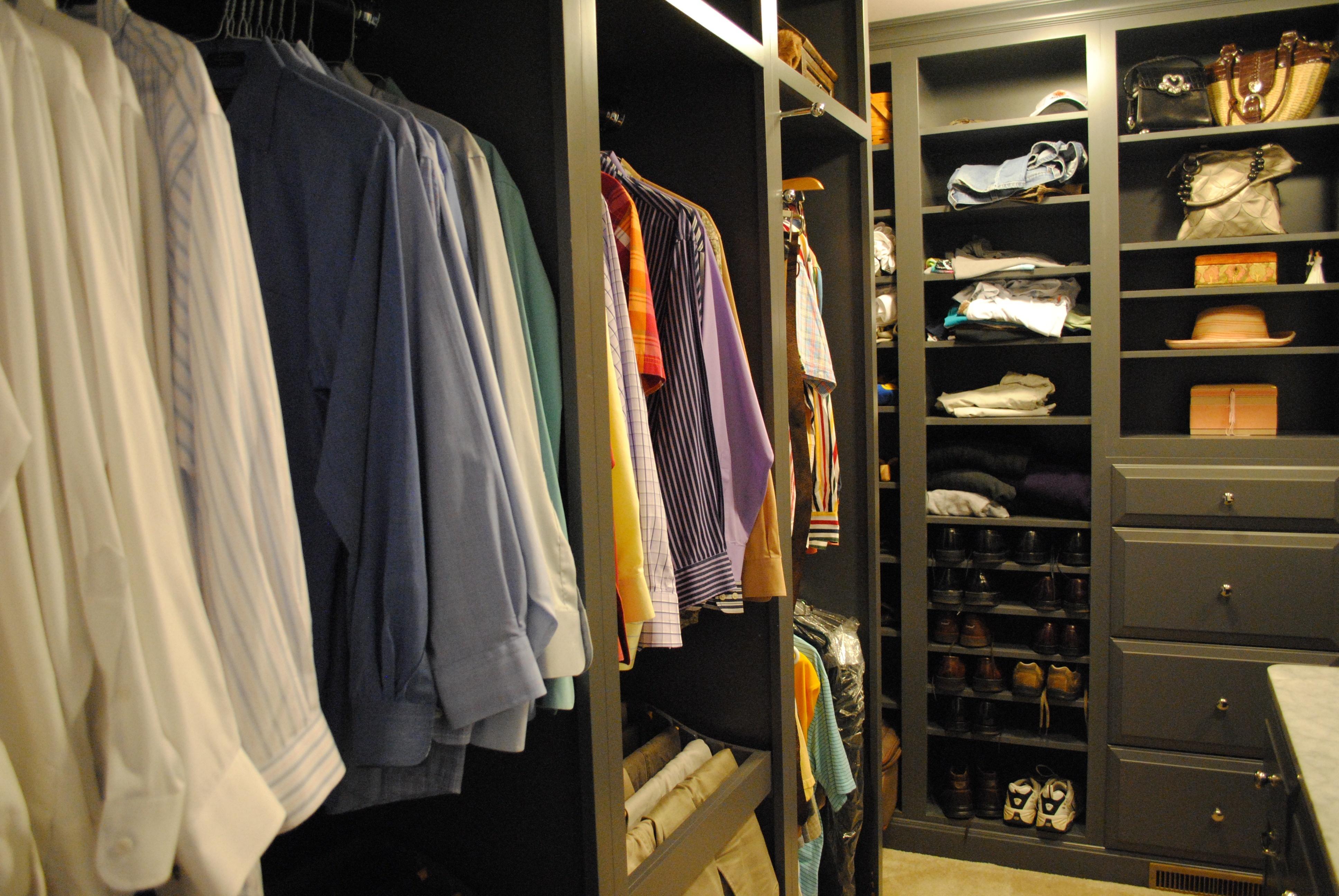 Вещь с мехом нельзя хранить в сложенном виде в плотном штабеле с другой одеждой