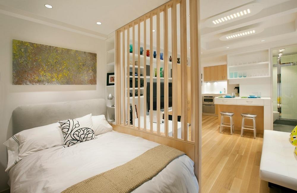 Спальный уголок можно отделить от гостиной с помощью перегородки