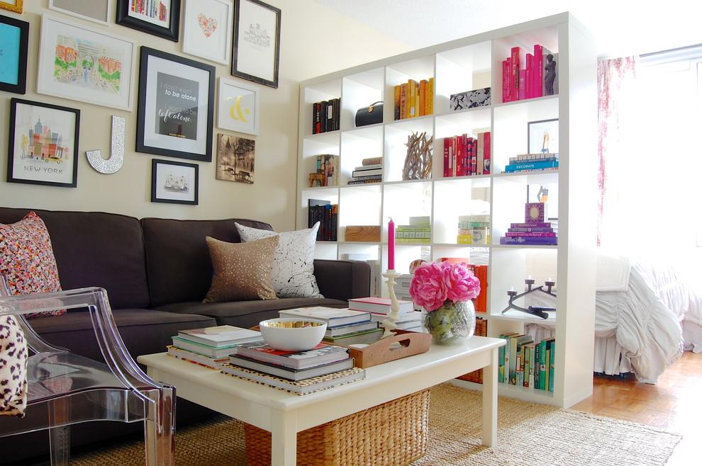 Высокий стеллаж поможет разграничить пространство, отделив спальню от гостиной