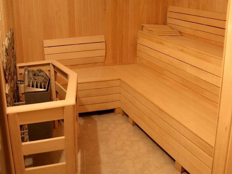 Полки в бане бывают ступенчатыми, г-образными и «купе»