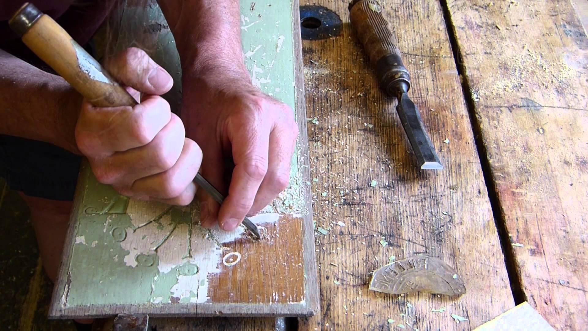 Очистка мебели от старой краски