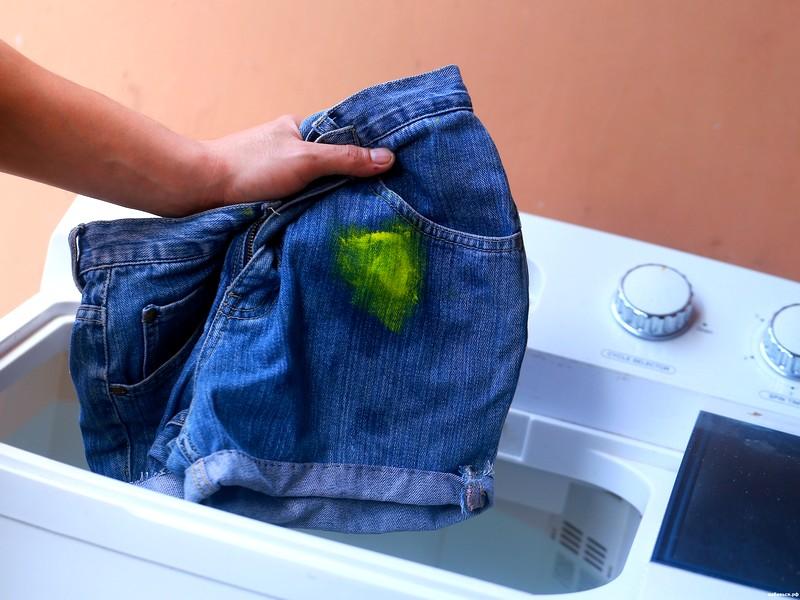 Чем убрать засохшую краску на одежде