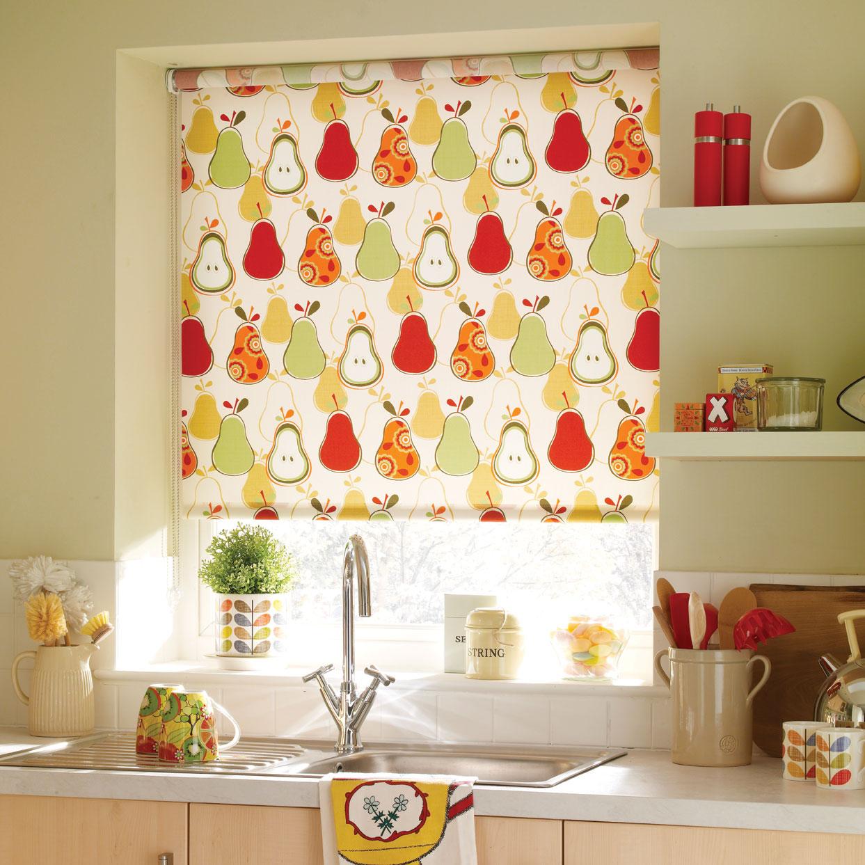 Рулонные шторы на кухне с забавным принтом