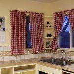 Фото 29: Шторы в клетку на кухне