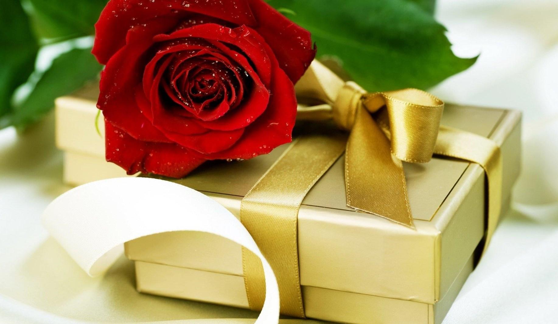 коробка конфет и роза