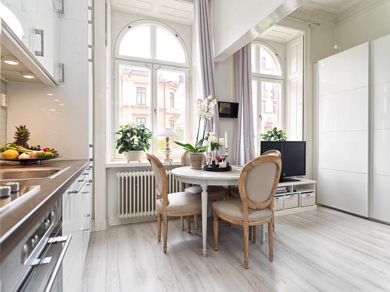 Столовая в квартире-студии