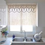 Фото 25: Нитяные короткие шторы на кухне