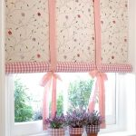 Фото 45: Рулонные шторы на кухне с цветочным принтом