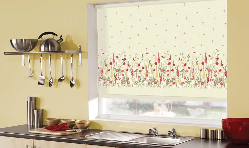 Рулонные шторы на кухне с закручиванием сверху