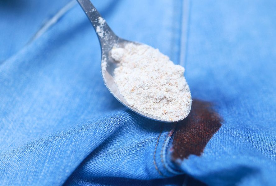 Нанесение крахмала на пятно на джинсах