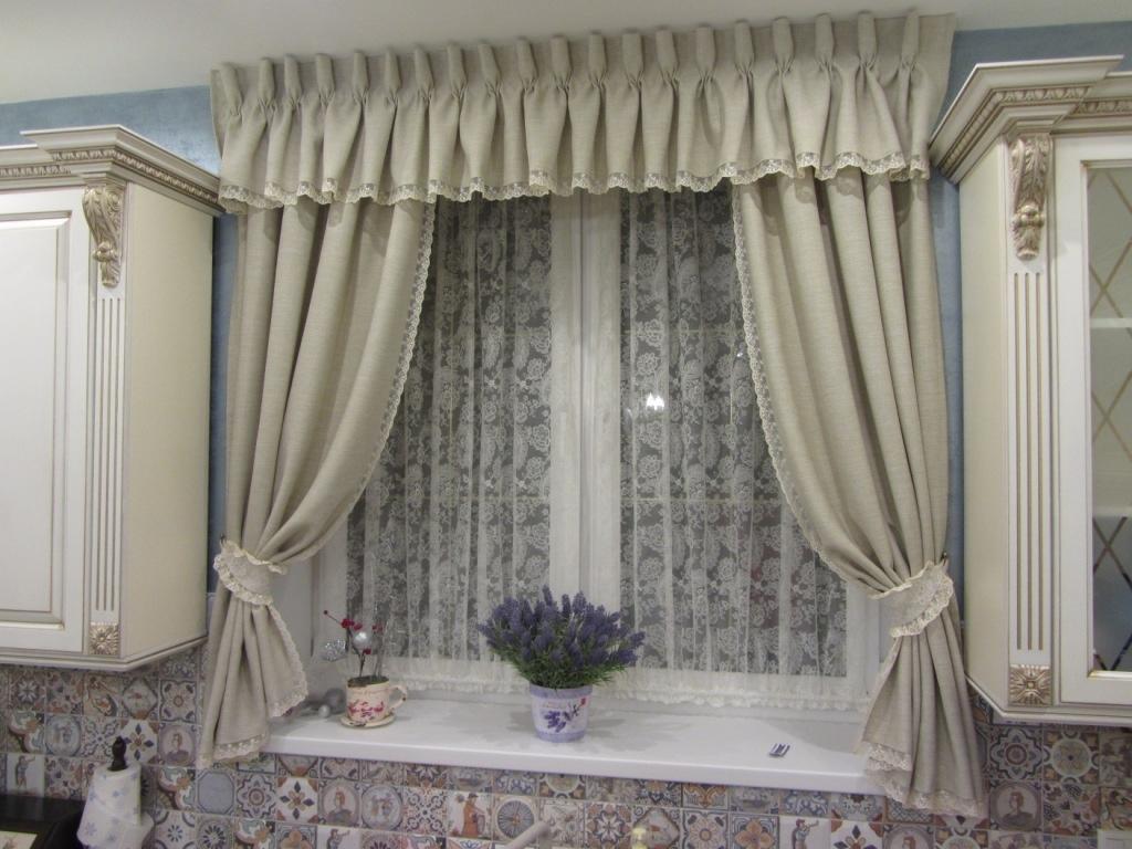 Классические шторы на кухне с кулиской
