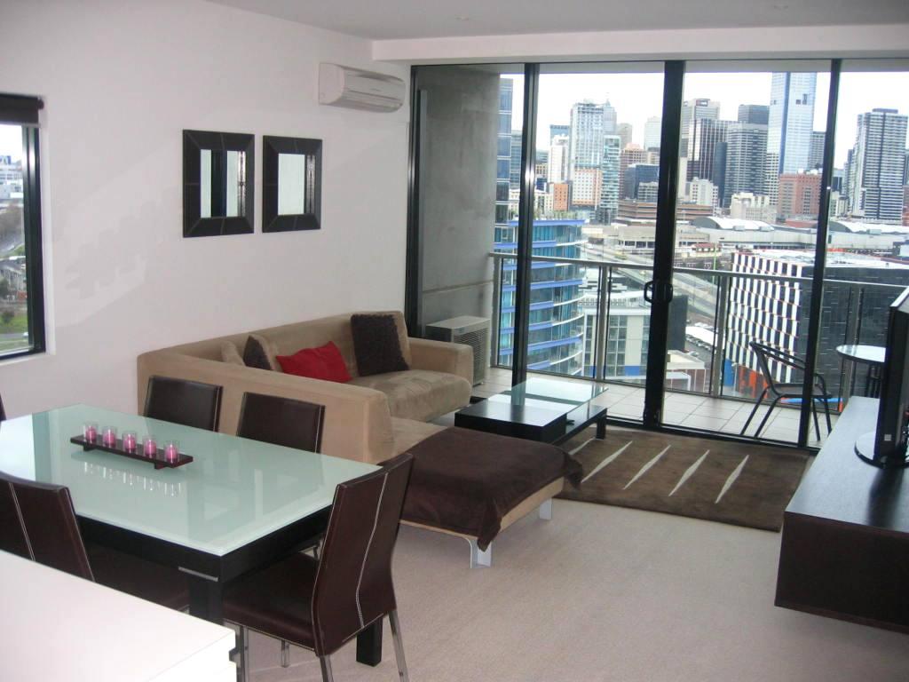При создании интерьера квартиры-студии важно продумать каждую его деталь