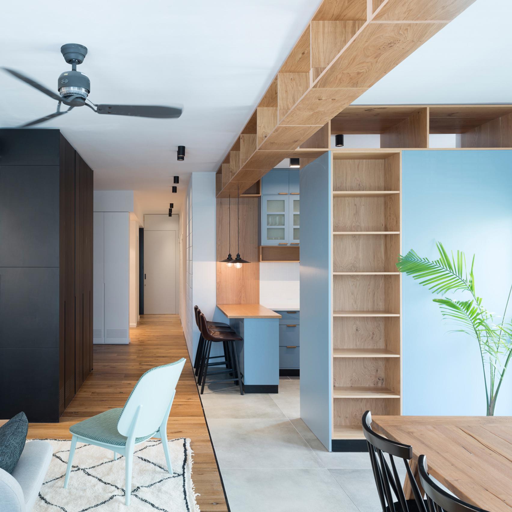 Если грамотно разместить в студии те же шкафы, вполне возможно для каждого члена семьи выделить его личную зону
