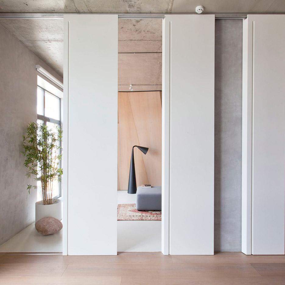 Так как квартира-студия имеет свободную архитектуру, она позволяет достаточно свободно заниматься экспериментаторством в дизайнерской сфере